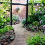 A divider element in the garden: a pergola for climbing plants