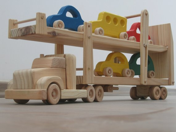 Hailey the car hauler – a wooden toy truck with movable ramps – five colored cars included – green, blue, red, yellow
