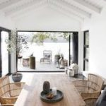 High white washed ceilings, rustic wooden dining table and ...- Hohe weiße gewa...