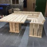 Pallet Couch and Table This simple pallet couch and table project is great for a...